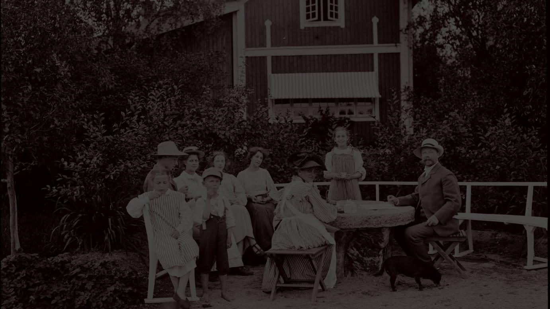 リッラ・ヒュットネースの庭に集うラーション一家(1906-07 年頃)© Carl Larsson-gården
