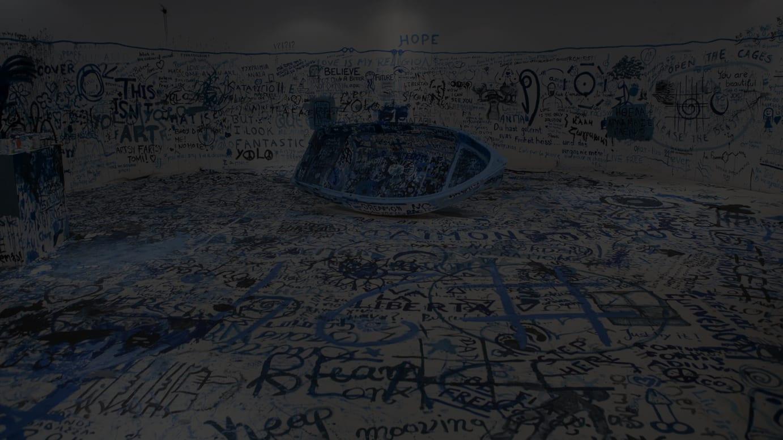 オノ・ヨーコ 《色を加えるペインティング(難民船)》 2016年 ミクスト・メディア・インスタレーション サイズ可変 展示風景:「オノ・ヨーコ:インスタレーション・アンド・パフォーマンス」マケドニア現代美術館、テッサロニキ、ギリシャ、2016年