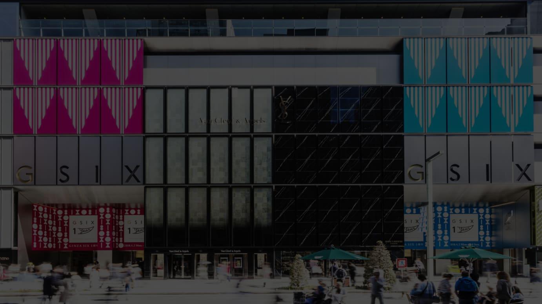 ダニエル・ビュレン 《GINZASIXのエントランスのための三角形》 2018年 © DB – ADAGP, Paris & JASPAR, Tokyo, 2018 G1226GINZA SIX 外観
