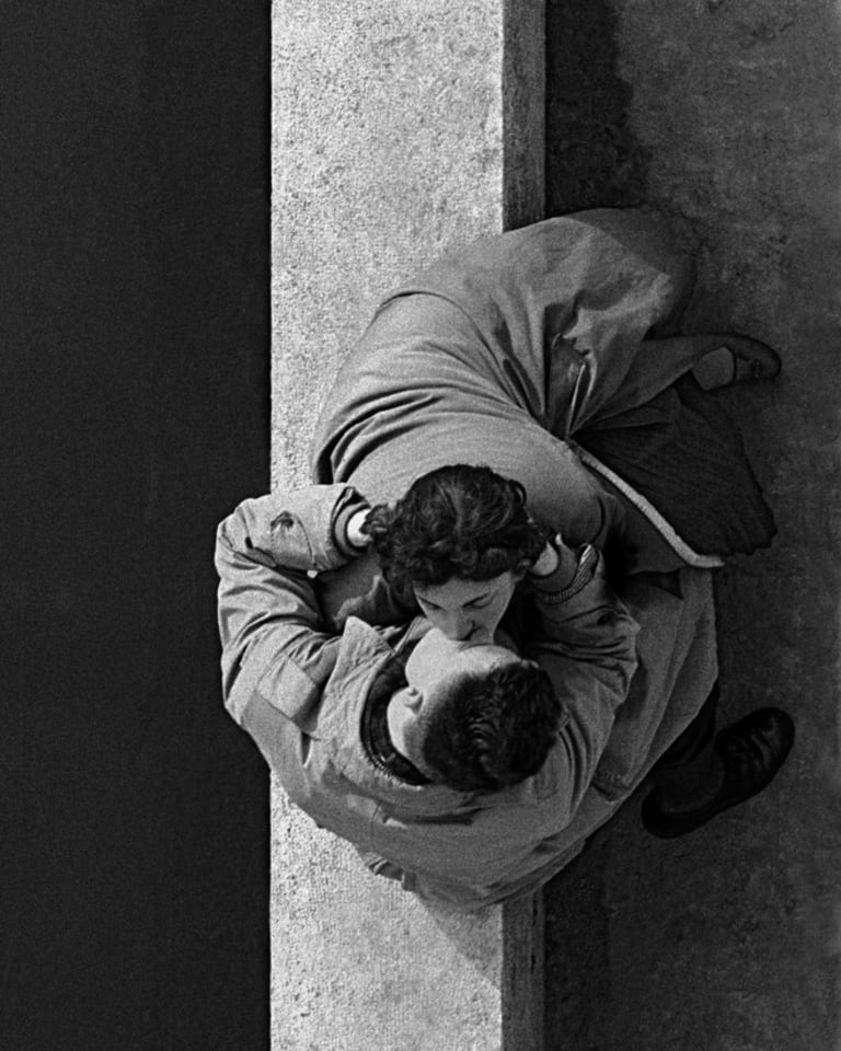 Quai du Louvre, couple, 1955, Paris, France (c)Frank HorvatQuai du Louvre, couple, 1955, Paris, France (c) Frank Horvat