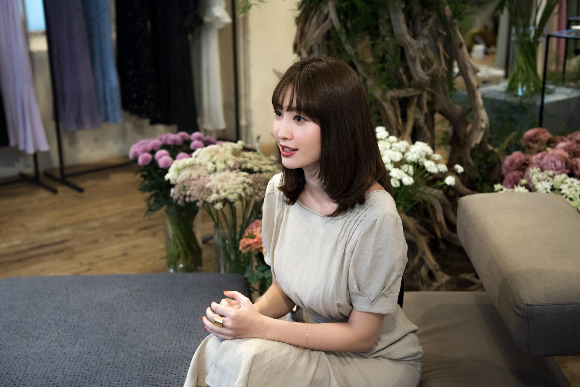 90f7bcb799f AKB48卒業から2年、小嶋陽菜が選んだファッションの道とこれからのコト